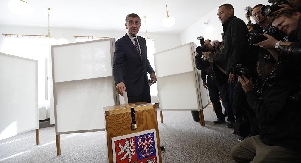 Bilionário tcheco e líder do movimento político ANO Andrej Babis vota durante as eleições parlamentares (outubro de 2017)