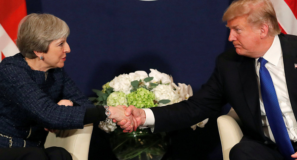 O presidente dos EUA, Donald Trump, cumprimenta a primeira-ministra britânica Theresa May durante a reunião anual do Fórum Econômico Mundial (WEF) em Davos, Suíça.