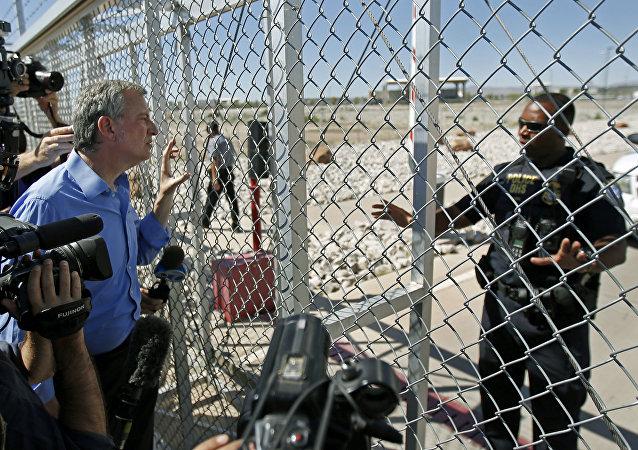 Um agente do Departamento de Segurança Interna nega acesso ao prefeito da cidade de Nova York, Bill de Blasio, à instalação de crianças imigrantes em Tornillo, Texas, perto da fronteira com o México.
