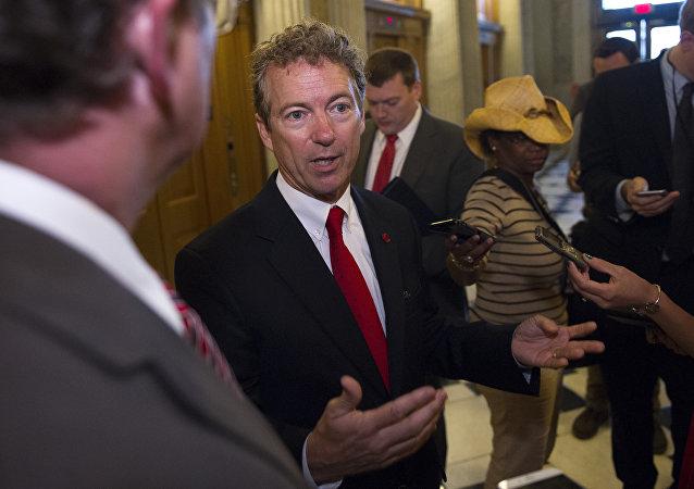 Senador Republicano Rand Paul concede entrevista em uma pausa durante a reunião do Senado de 31 de maio de 2015.