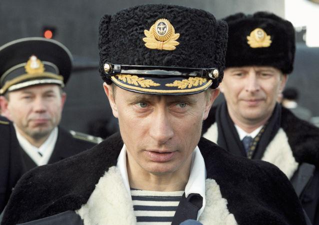 O então presidente interino da Federação da Rússia, Vladimir Putin, observa os exercícios da Frota do Norte da Marinha da Rússia.