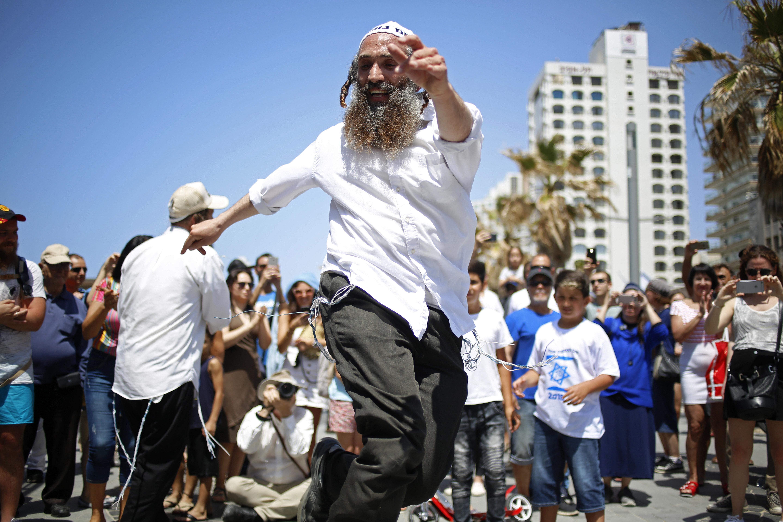 Pessoas dançam durante comemorações do Dia da Independência, marcando 70 anos desde a fundação do Estado em 1948, em Tel Aviv, Israel