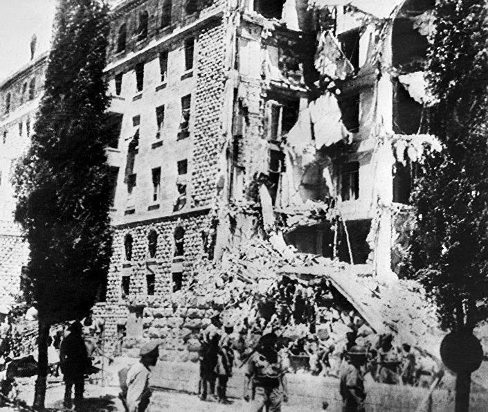 Foto tirada em 22 de julho de 1946 mostra o Hotel King David em Jerusalém, que abrigava a sede britânica, danificada após um ataque a bomba contra o governo britânico por membros do Irgun, um grupo terrorista sionista liderado por Menachem Begin