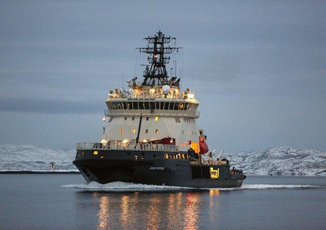 Quebra-gelo Ilia Mutomets chegando à base em Severomorsk