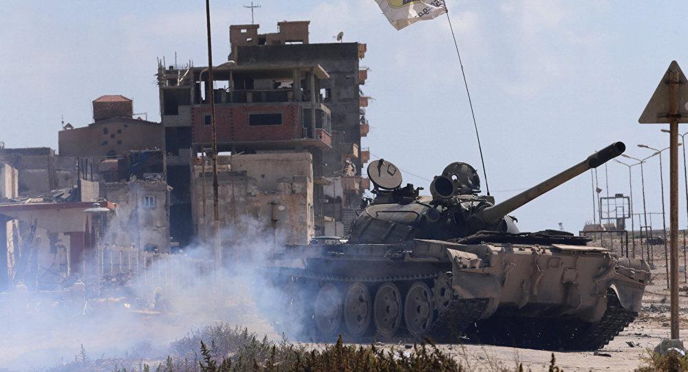 Tanque do exército líbio durante confrontos com militantes em Benghazi, Líbia (foto de arquivo)