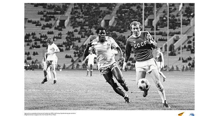 Jogo entre as seleções olímpicas de futebol da URSS e da França. O soviético Ileg Romantsev e o francês Marius Trésor dividem a bola. Foto de 1980.