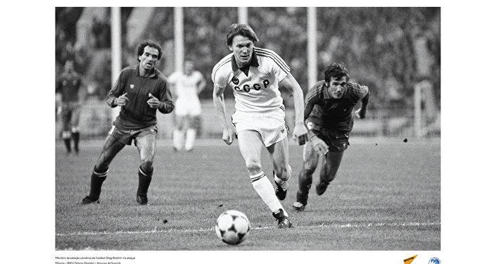 Membro da seleção soviética de futebol Oleg Blokhin no ataque, em 1983.