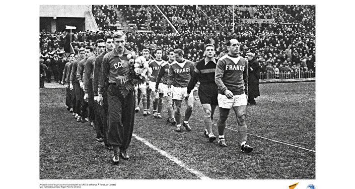 Partida entre as seleções da URSS e da França em 1955. À frente, os capitães Igor Netto (esquerda) e Roger Marche (direita).