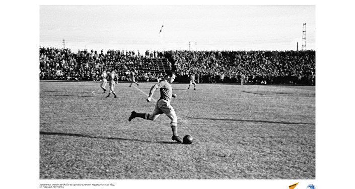 Jogo entre as seleções da URSS e da Iugoslávia durante os Jogos Olímpicos de 1952, em Helsinque, na Finlândia.
