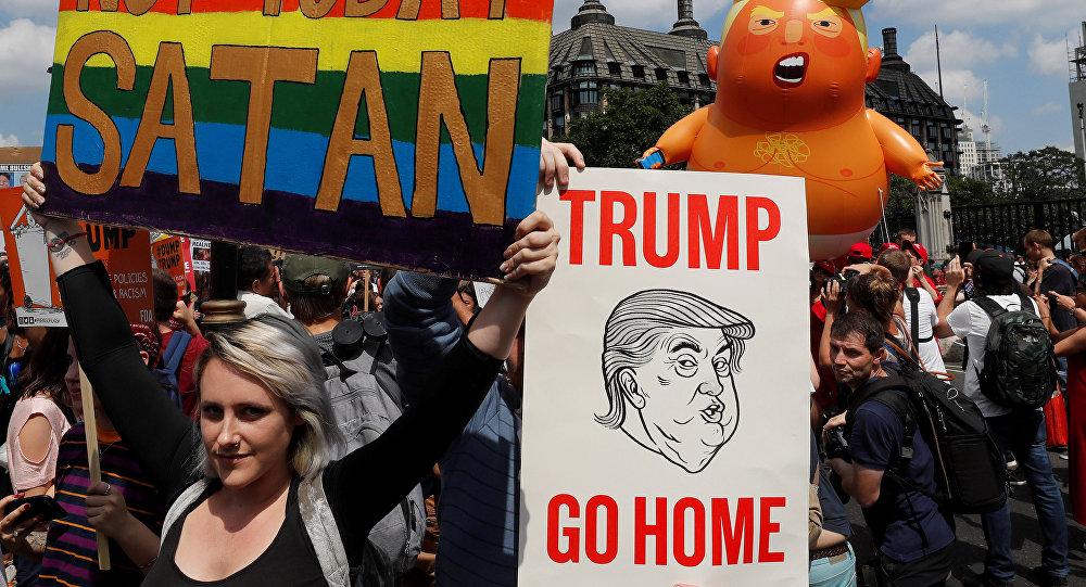 Manifestantes protestan en el centro de Londres contra la visita del presidente de Estados Unidos, Donald Trump