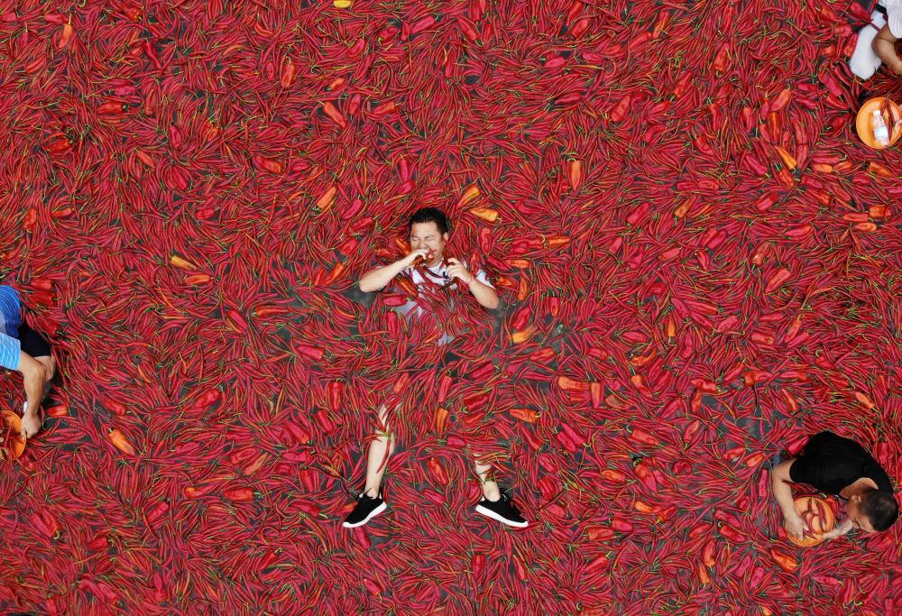 Participantes do concurso de ingestão de pimenta chili na cidade chinesa de Ningxiang
