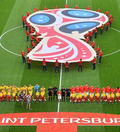 Os jogadores da Bélgica e da Inglaterra ouvem hinos nacionais antes do início da partida pelo terceiro lugar da Copa do Mundo FIFA2018 no Estádio de São Petersburgo.