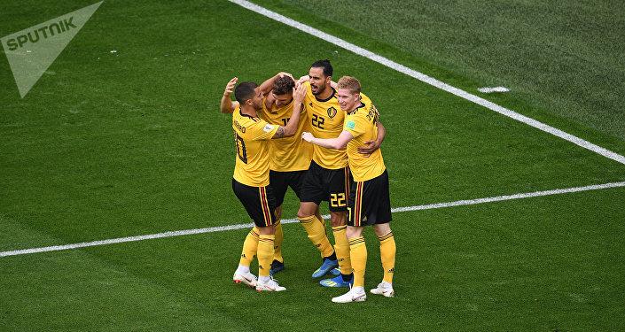 Os jogadores da Bélgica comemoram o gol da equipe durante a partida de futebol contra a Inglaterra no Estádio de São Petersburgo.
