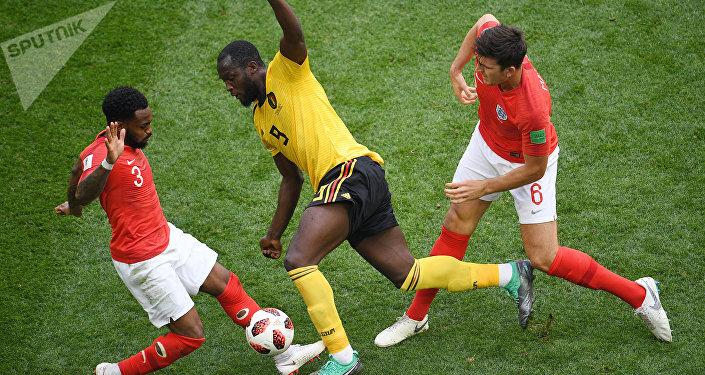 O vice-artilheiro da Copa, Romelu Lukaky é fortemente marcado por Danny Rose e Harry Maguire.