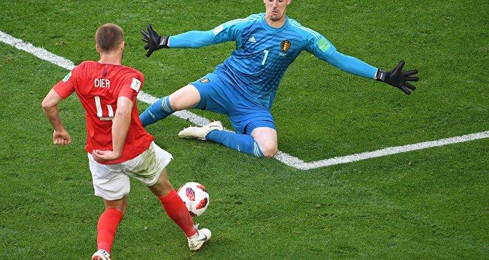 Goleiro da Bélgica, Courtois, fecha o ângulo do inglê Dier dentro da área na partida da disputa do 3º lugar na Copa do Mundo de 2018.
