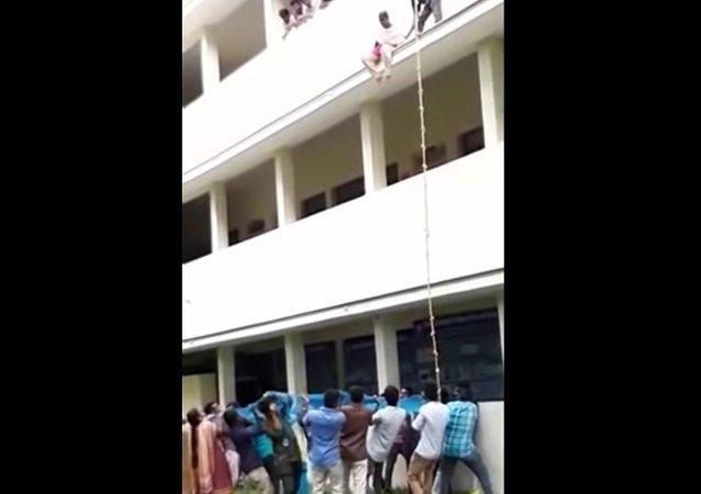 Menina morre ao cair de altura durante curso de sobrevivência na escola (IMAGENS FORTES)
