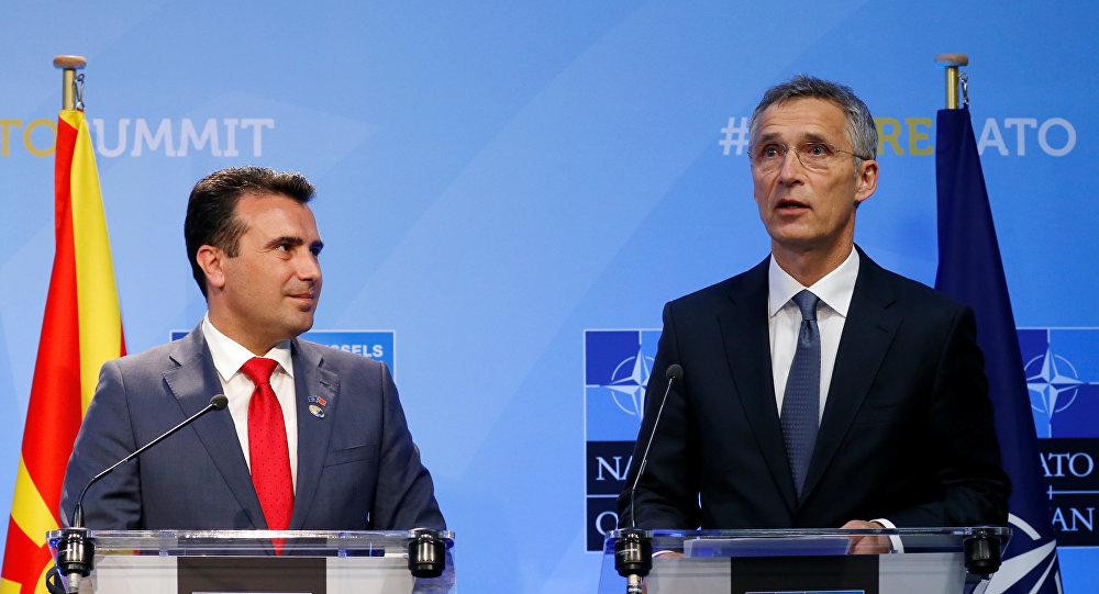 Secretário-geral da OTAN, Jens Stoltenberg (à esquerda) ao lado do primeiro-ministro da Macedônia Zoran Zaev (à direita) durante coletiva de imprensa na cerimônia do convite da Macedônia para fazer parte da OTAN.