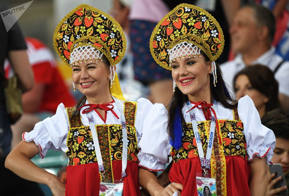 Torcedoras russas em trajes nacionais aparecem no estádio durante a partida das quartas de final da Copa 2018 entre a Rússia e a Croácia