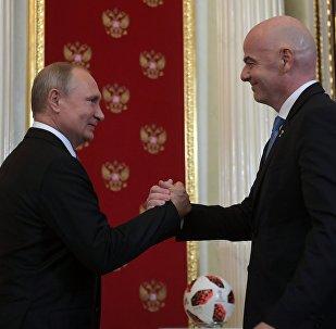 Presidente da Rússia, Vladimir Putin, e o presidente da FIFA, Giovanni Infantino, no Kremlin, em 15 de julho de 2018