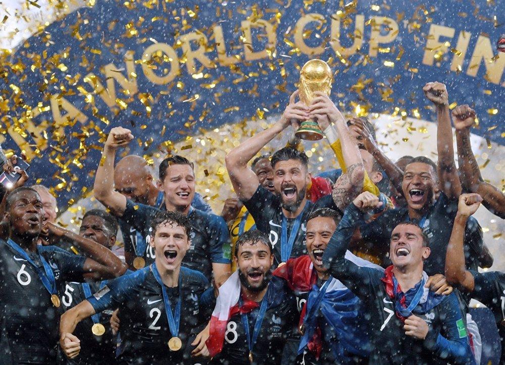 Os jogadores da França comemoram com o troféu durante a cerimônia de premiação depois de vencer a partida final Copa do Mundo entre a França e a Croácia no estádio Luzhniki, em Moscou.