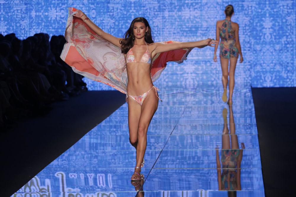 Modelo apresenta nova coleção de roupa para praia durante Miami Swim Week
