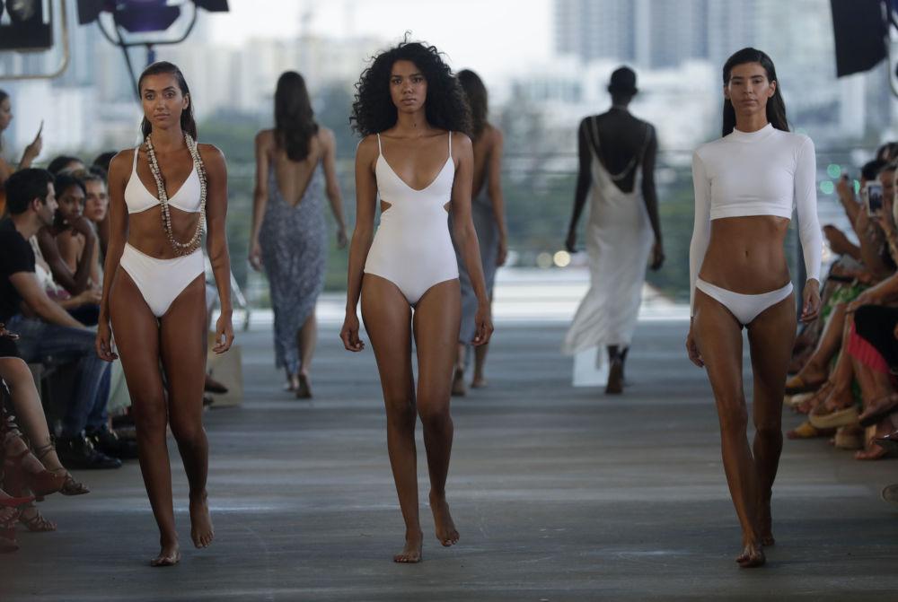 Modelos que passaram com antecedência pelo casting local demonstram últimos lançamentos e novidades do mundo da moda praia