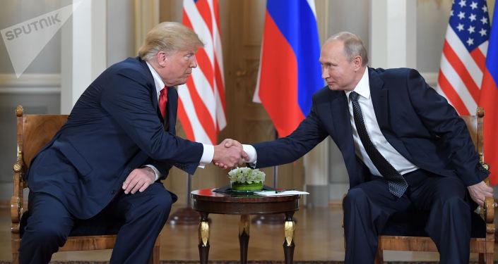 Presidente russo Vladimir Putin, e presidente americano Donald Trump, cumprimentam-se durante reunião realizada no palácio presidencial em Helsinque, em 16 de julho de 2018