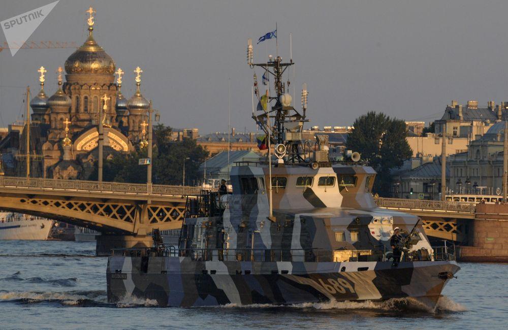 Navio de luta contra sabotagem Nakhimovets é visto durante o ensaio do desfile militar no rio Neva, São Petersburgo
