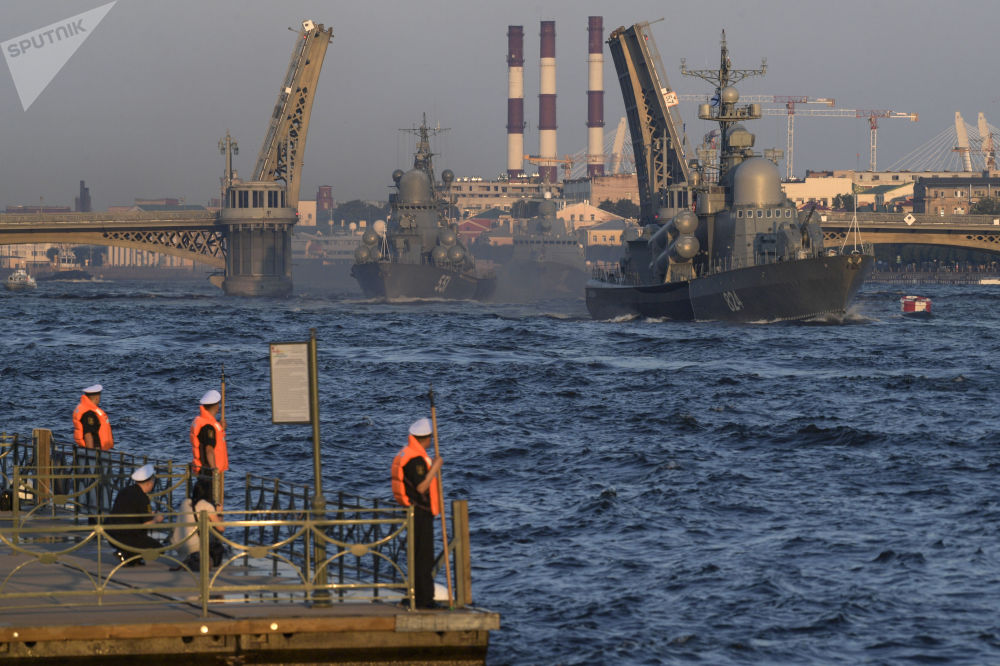 Corveta Liven cumpre tarefas durante o ensaio do desfile militar dedicado ao Dia da Marinha da Rússia