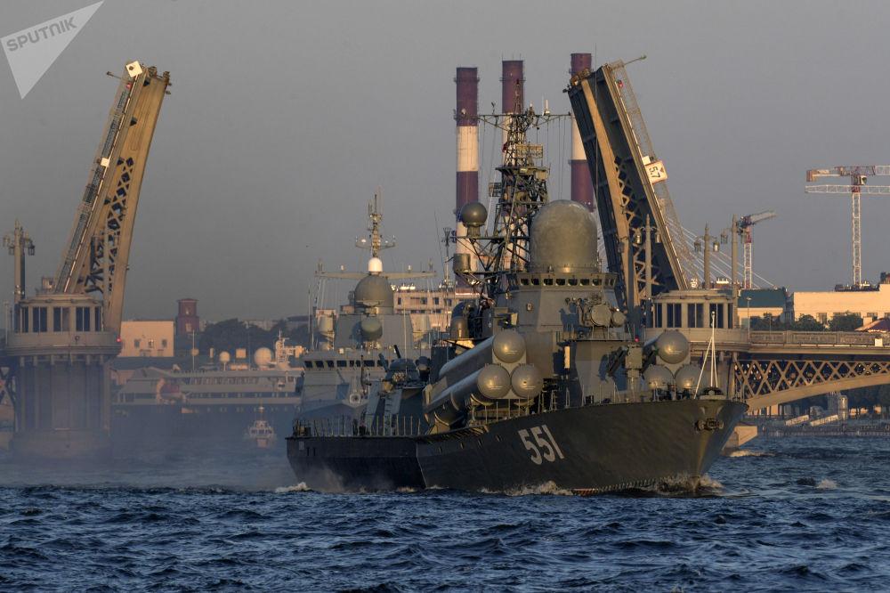 Corveta Liven participa do ensaio do desfile militar dedicado ao Dia da Marinha da Rússia no rio Neva, São Petersburgo