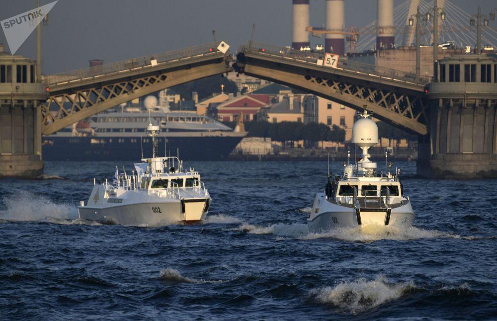 Navios tomam parte no ensaio do desfile militar dedicado ao Dia da Marinha da Rússia no rio Neva, São Petersburgo