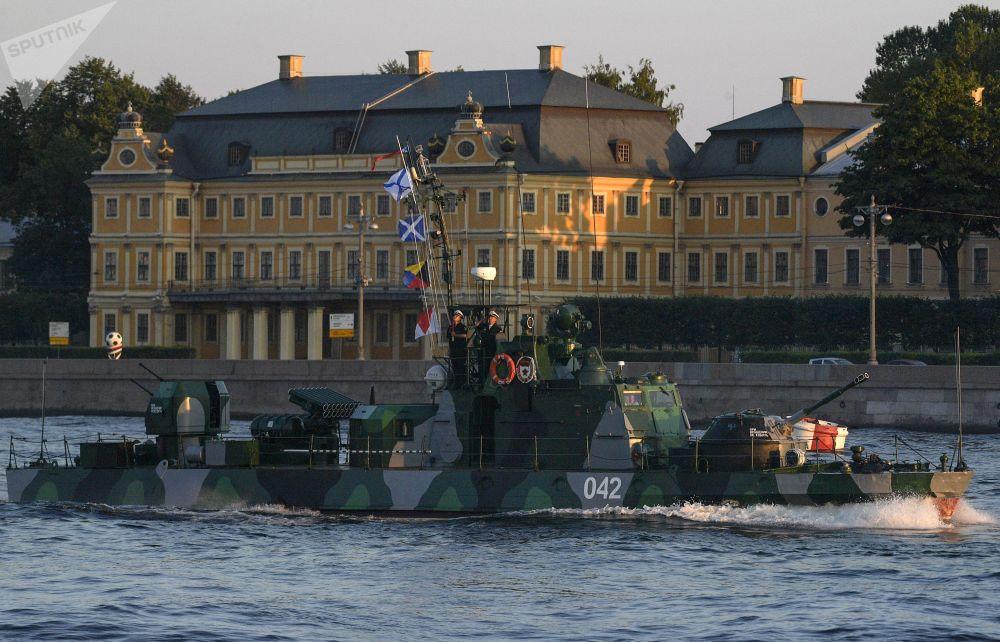 Lancha canhoneira toma parte no ensaio do desfile naval que será realizado em São Petersburgo