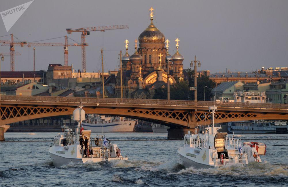 Navios testam suas capacidades para se apresentarem no desfile militar e comemorar o Dia da Marinha da Rússia