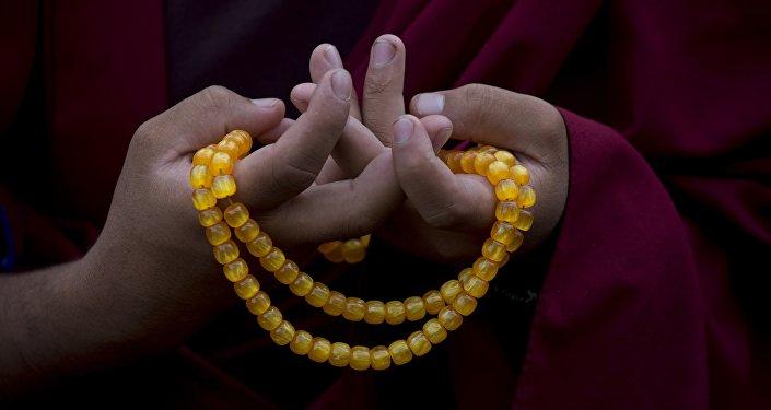 Monge budista recitando oração (foto de arquivo)