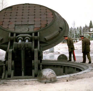 Militares inspecionando silo de um míssil Topol-M