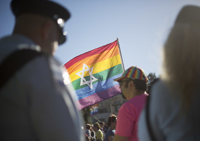 Policiais israelenses fazem a segurança de participantes da parada anual do orgulho gay no centro de Jerusalém.