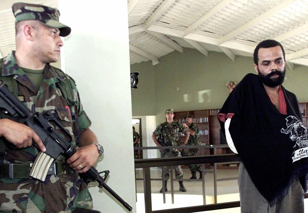 Um dos líderes da facção Comando Vermelho, Fernandinho Beira Mar atuava com o tráfico de armas e drogas antes de ser preso na Colômbia, em 2001. Está detido deste então.
