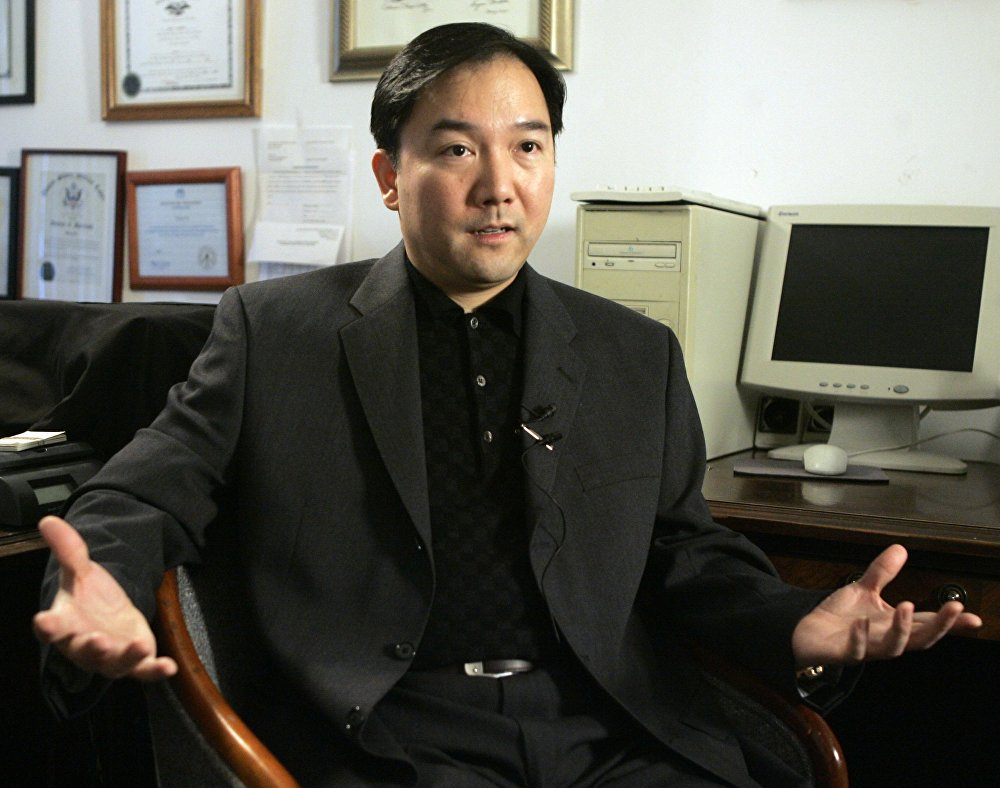 O chinês Zhenli Ye Gon era conhecido por ter uma empresa farmacêutica no México. Até uma batida em sua casa encontrar US$ 207 milhões e as autoridades mexicanas o acusarem de envolvimento no tráfico de metanfetamina. Após o escândalo, o banco HSBC pagou uma multa de US$ 1,9 bilhão por seu envolvimento na lavagem de dinheiro para narcotraficantes mexicanos. Zhenli Ye Gon foi preso nos EUA e extraditado para o México em 2016. Ele está detido desde então.