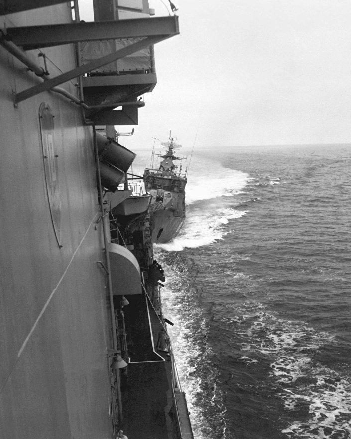 Navio-patrulha SKR-6 da Frota do Mar Negro arremete o destróier USS Caron, 12 de fevereiro de 1988