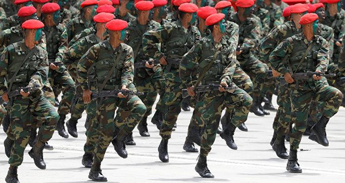 Soldados do Exército da Venezuela participam de parada em Caracas em celebração ao aniversário de 207 anos da independência do país.