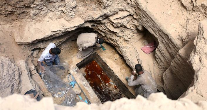 Arqueólogos desenterraram o sarcófago, no interior do qual estavam três múmias em mau estado de conservação