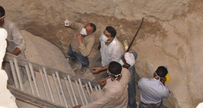 Mostafa Wazir, secretário-geral do Conselho Supremo de Antiguidades Egípcias, inspeciona o sítio arqueológico onde o sarcófago negro foi encontrado
