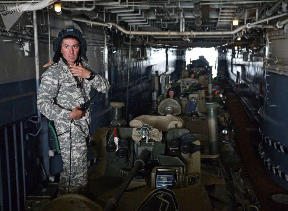 Militares antes do desembarque do navio Peresvet na baía Novik junto à ilha Russky