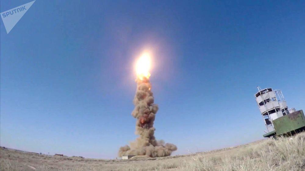 Lançamento do novíssimo míssil de intercepção do sistema russo de defesa antiaérea no polígono de Sary Shagan, no Cazaquistão