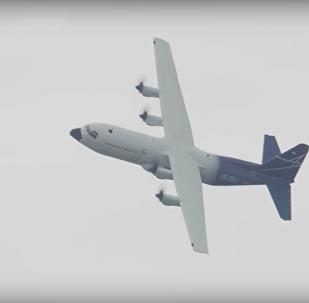 Avião LM-100J realizando demonstração de voo no Farnborough Airshow, no Reino Unido, em 16 de julho de 2018