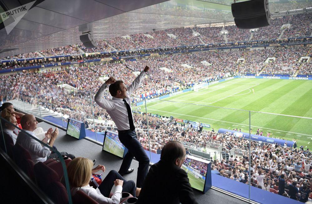 Líder russo, Vladimir Putin, o presidente da FIFA, Gianni Infantino e o presidente francês, Emmanuel Macron, assistindo à final da Copa do Mundo 2018 entre a Seleção Francesa e a Seleção Croata.