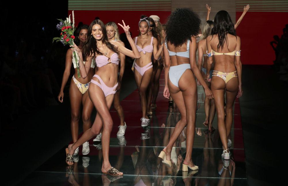 Modelos na passarela durante a semana da moda de praia, Miami Swim Week, em Miami Beach, Flórida.