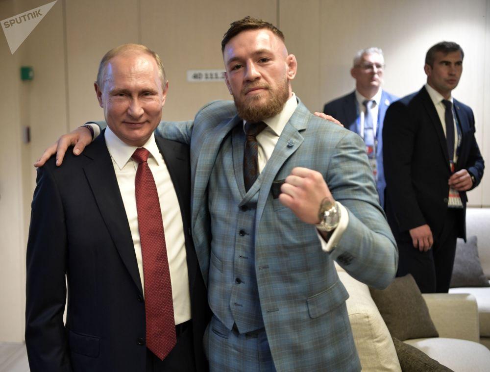 Presidente russo, Vladimir Putin, e o lutador irlandês, Conor McGregor, durante o intervalo da final da Copa do Mundo entre a França e a Croácia.