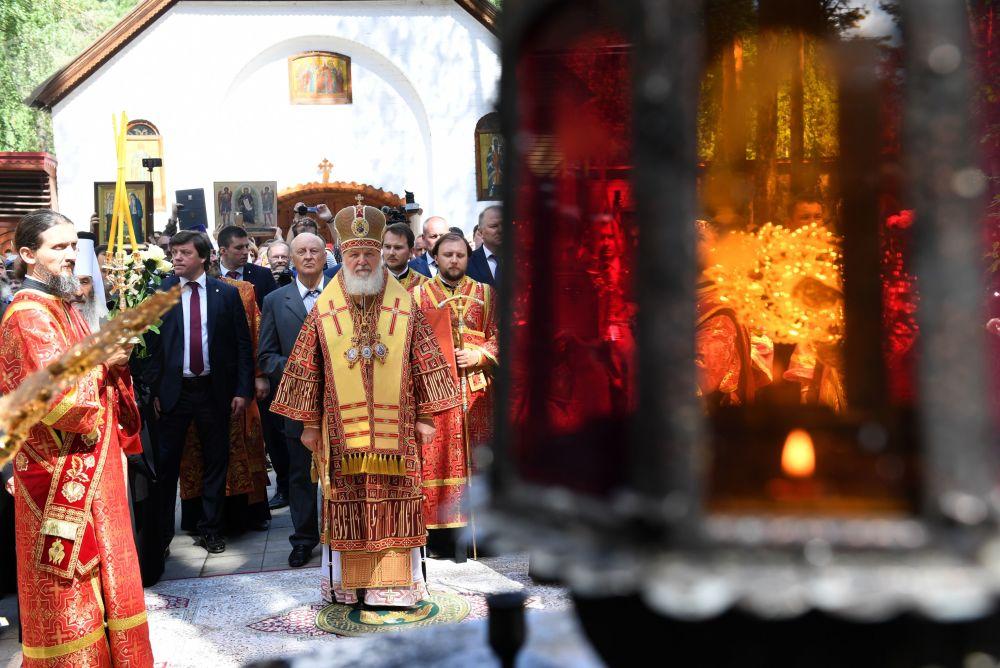 O patriarca de Moscou e de toda a Rússia Kirill realizando uma missa por ocasião do 100º aniversário da execução da família real russa dos Romanov.