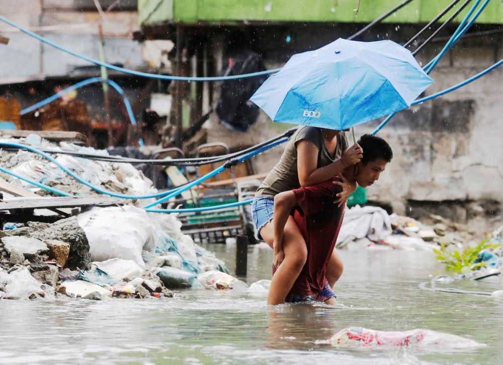 Ruas da cidade filipina de Quezon, inundada pelas chuvas de monção e pela tempestade tropical Son-Tinh, Filipinas.